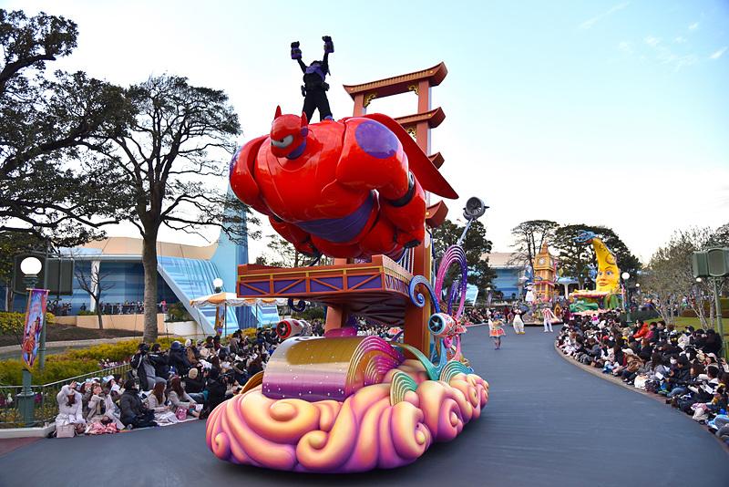 パーク初登場のディズニー映画「ベイマックス」のヒロが乗ったベイマックスが空を飛ぶフロート