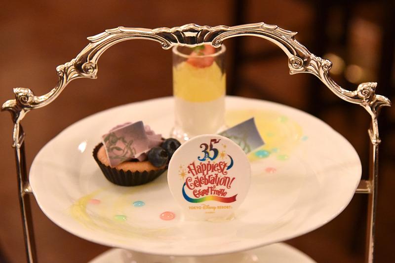 1皿目のデザートは「シトラスゼリーとレ・リボのパンナ・コッタ」と「ブルーベリーのカップケーキ」