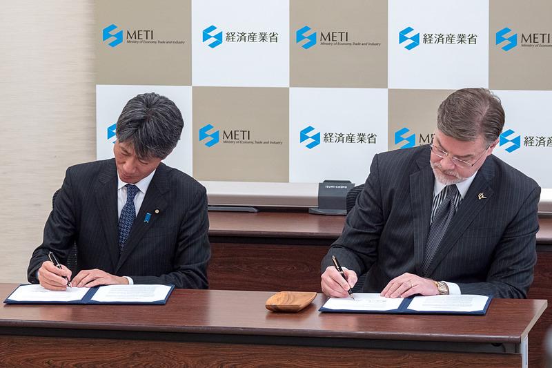 合意書に署名する経産省の磯﨑副大臣(左)と、BoeingのハイスロップCTO(右)