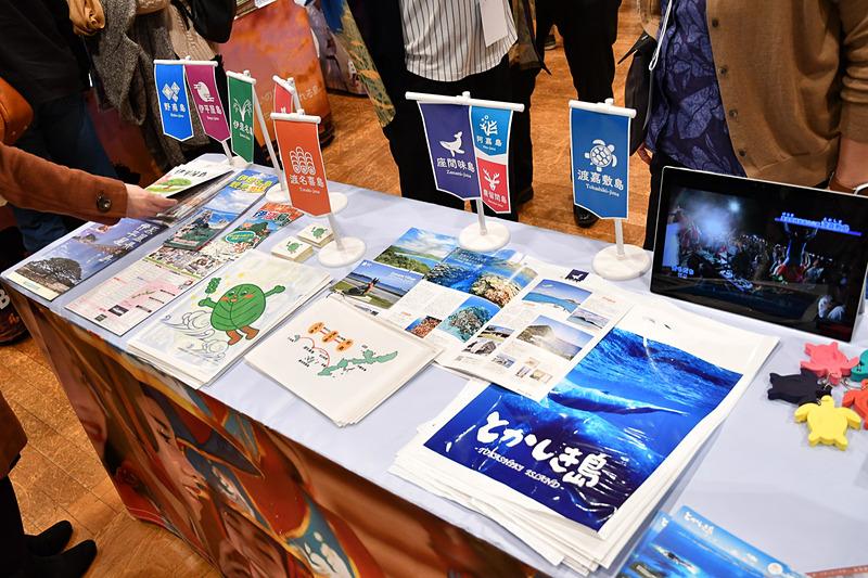 OCVB(沖縄観光コンベンションビューロー)は、離島の魅力を発信。ミス宮古島もチラシを配ってアピール