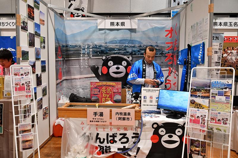 熊本県は阿蘇市の内牧温泉のお湯を運び入れて、足湯ならぬ手湯を設置