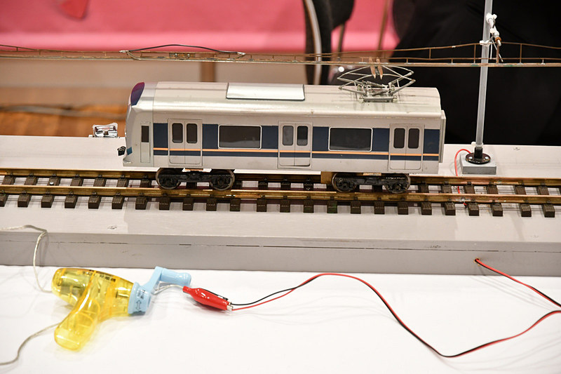 JR西日本(西日本旅客鉄道)は子供用の制服着用体験や、手回し発電列車の展示を実施