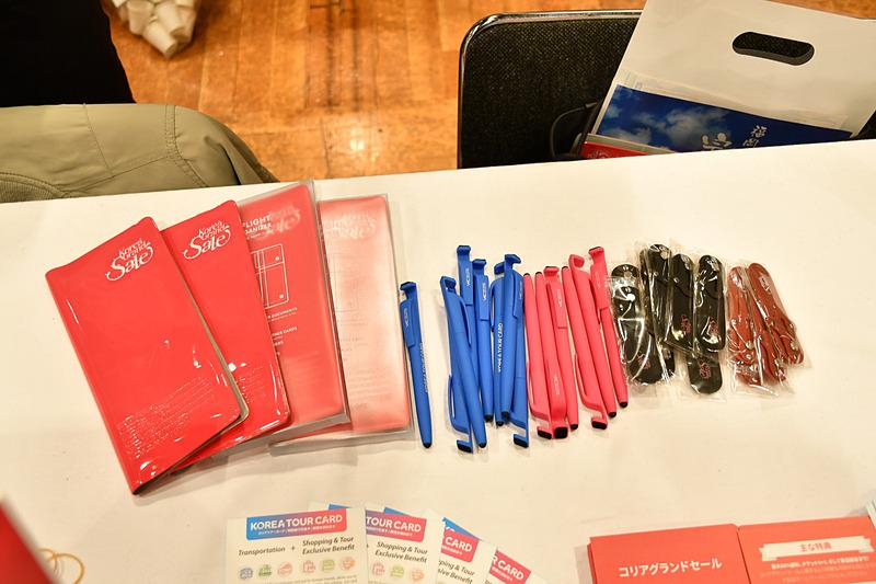 韓国観光公社はFacebookページやInstagramアカウントへの「いいね」で、限定のボールペンやスマホ背面用のグリップをプレゼント。ボールペンはスマホのスタンドになる溝や芯先がタッチペンに変わる機構を備えた便利アイテム