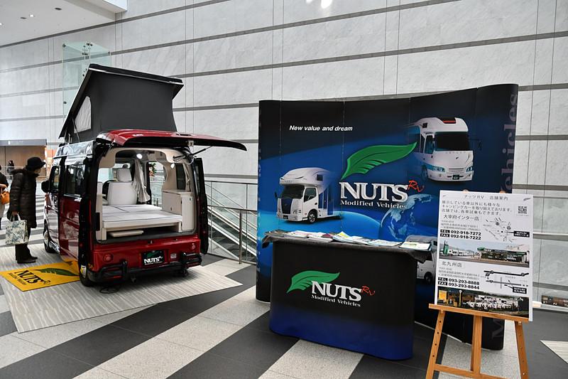 会場のアクロス福岡1階コンコースでは軽キャンパーを2台展示していた