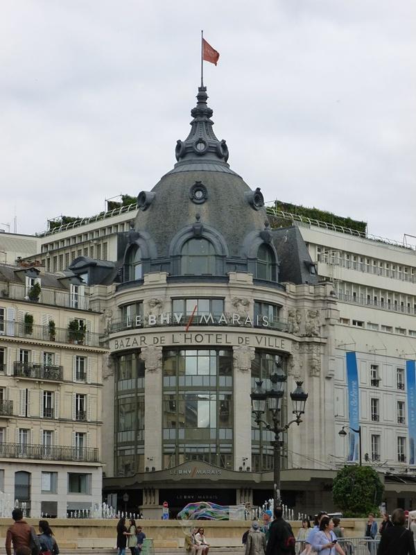 パリ市庁舎の横には百貨店BHV。日本のロフトや東急ハンズのようなところで楽しいです