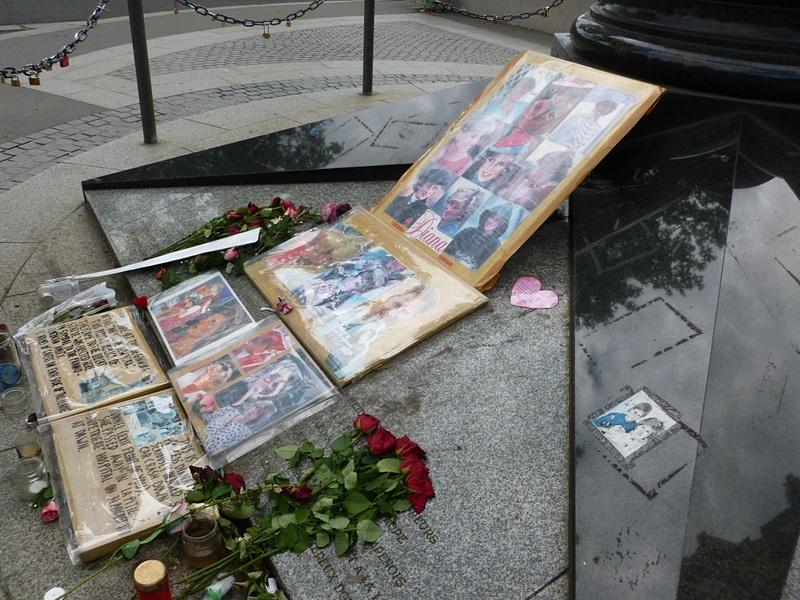 モニュメント「自由の炎」とダイアナ妃の死を悼んで置かれたたくさんの花束や写真