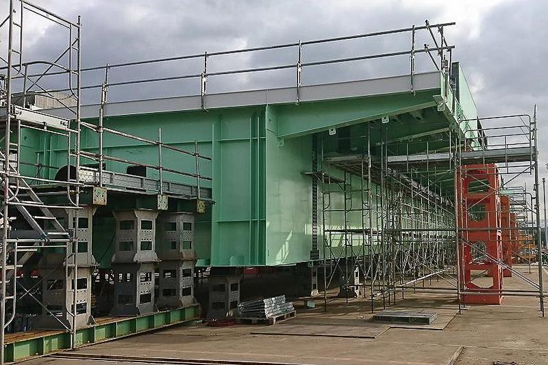 工場での橋桁の組み立て状況