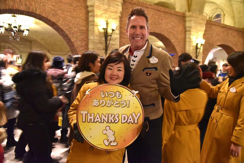 「いつもありがとう! THANKS DAY」のボードとともにハイタッチも