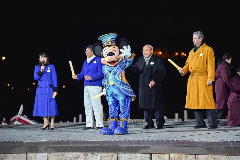 """ミッキーマウスたちがリボンなどをイメージした35周年""""Happiest Celebration!""""のコスチュームであいさつにやってきた"""