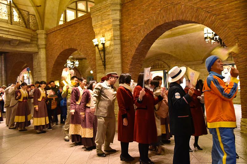 ずらりと並んだ社員たちの花道を通りながらハイタッチ