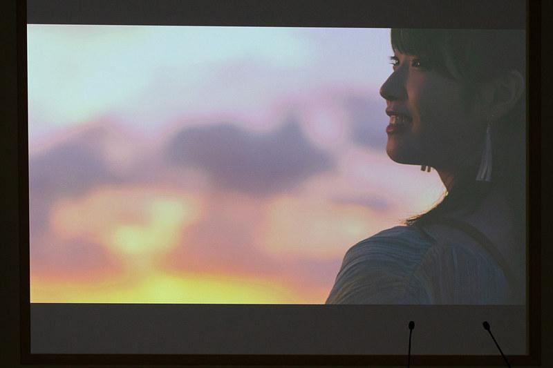 女優の髙橋ひかるさんがハワイの魅力を軽快な曲に合わせて紹介する
