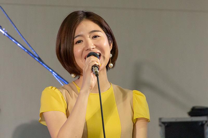 バンドをバックに「アップルティー」を熱唱する杏沙子さん