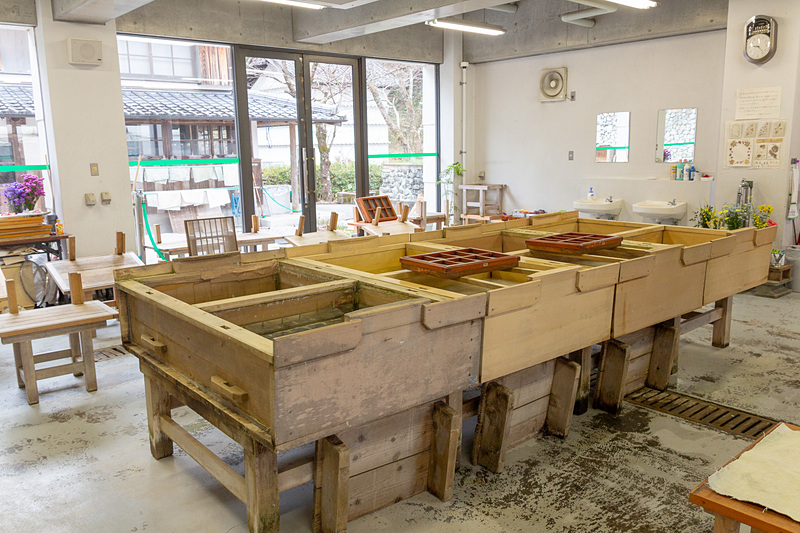 """工房のなかには""""ためすき""""を行なう漉き舟が並ぶ。この中の水には和紙の繊維とノリが溶かされている"""