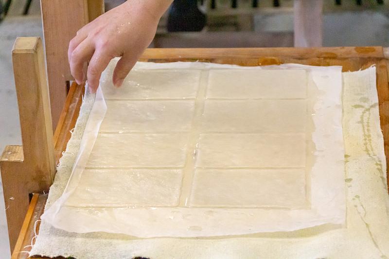 原料の入った水溶液をよくかき混ぜ、簀桁ですくい上げる。紙の厚さを均等にするために前後左右に振り、水を切って枠を外す。あとは台の上で乾燥させれば出来上がり。水は冷たいし重いしで、結構大変な作業