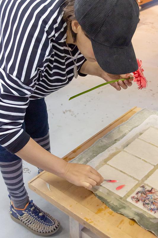 工房に用意されている花などを使ってオリジナル和紙が作成できる