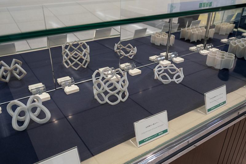 1月28日~5月6日に同駅構内で実施している「杉原厚吉のふしぎ?錯視展」。別の角度から見るとまったく異なる形に見える立体物の錯視作品を展示している