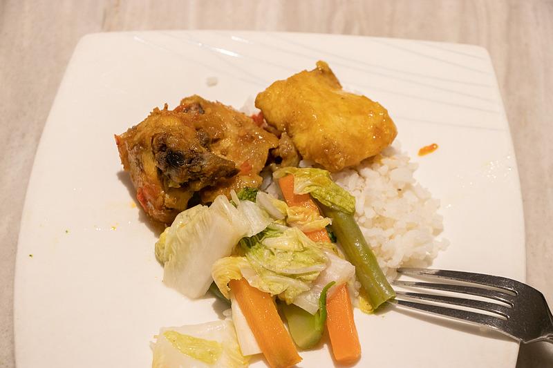 インドネシア料理は種類が豊富で、これだけでもかなりテンションアップする。果物や生野菜があるのもうれしい
