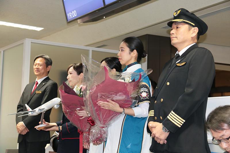 日本ハムファイターズの栗山監督に、ファイターズのスローガン「驀進」を特別塗装した、JALのボーイング 777型機のモデルプレーンが贈呈された