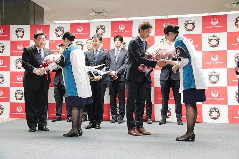 日本ハムファイターズの武田社長と、選手会長の中島選手に、JALスタッフから花束が贈呈された