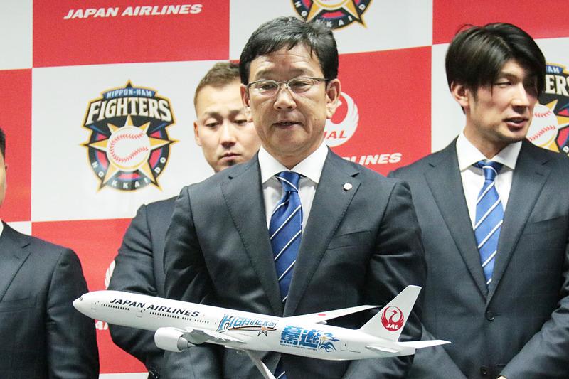 JALがキャンプへ向かう北海道日本ハムファイターズのチャーター便を運航した