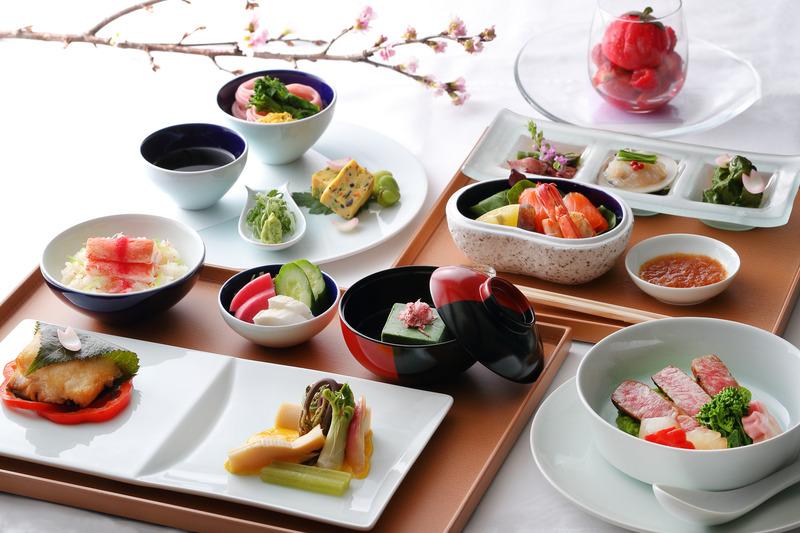 シンガポール航空は、3月31日~5月31日の期間限定で「桜」をテーマにした機内食を日本発の全路線/全クラスで提供する。写真はスイート/ファーストクラスで提供する「京懐石」