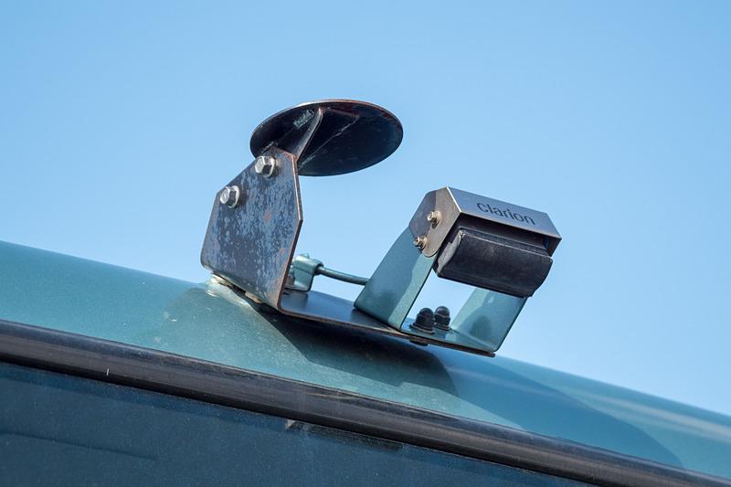 車両周囲にLiDARやミリ波レーダー、GPSアンテナなどを装備しているのが見える