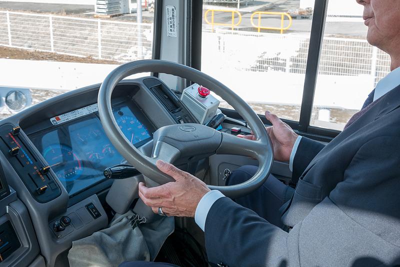 自動運転中のドライバーは、わずかにハンドルから手を離している