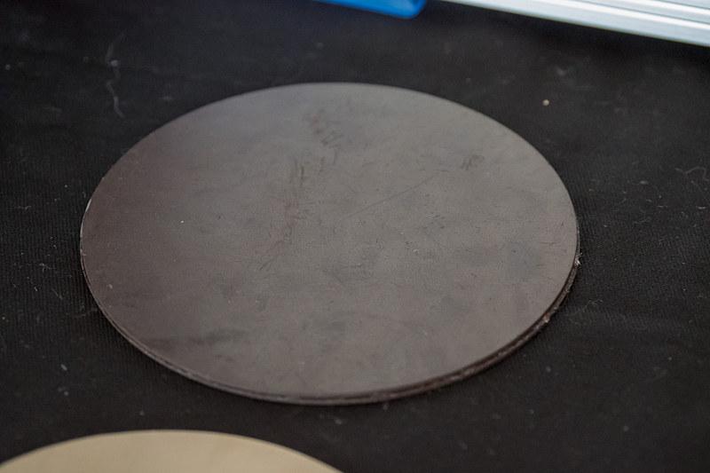 磁気マーカーと保護シート。写真右の細長い棒状のものがRFIDセンサー