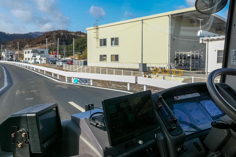 車内外から見た信号の様子。車内のモニターでは、無線で送られた信号情報が表示される