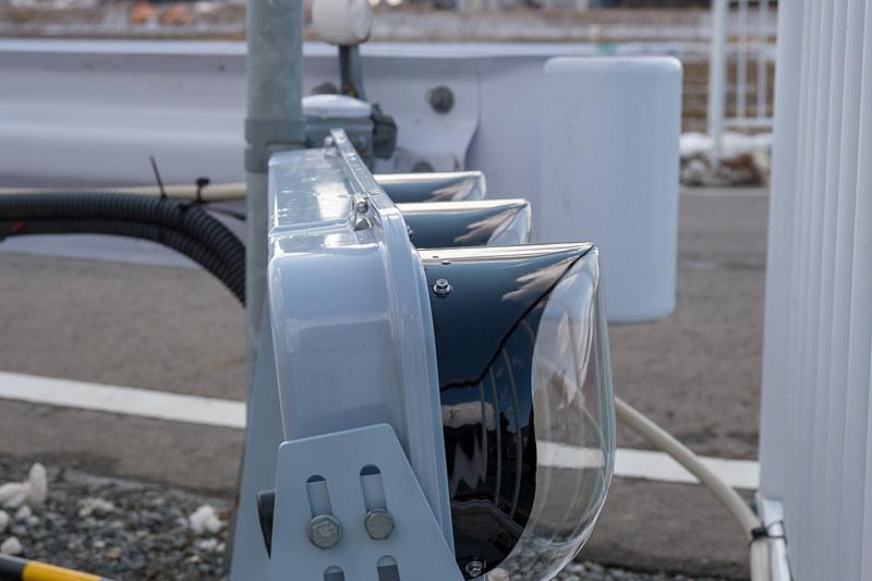 実証実験では信号制御機が無線で送っている信号情報を可視化するために信号機を設置。着雪防止カバーが付いた信号機を使っている