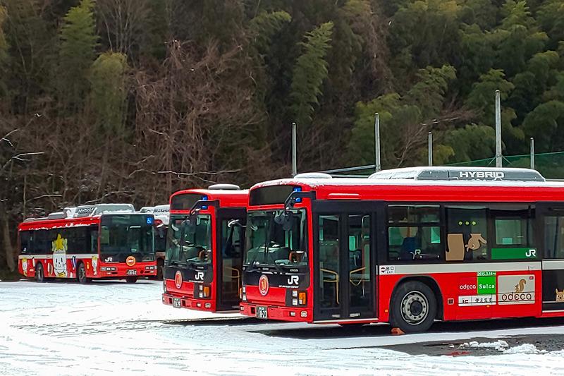 大船渡線BRTの車両。写真右の青い車両は観光型車両の「三陸の海」号で、後述の交互通行の試験に使われた