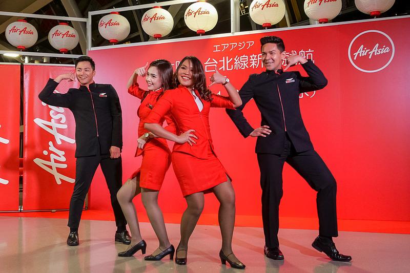 セレモニー開始前には、エアアジアXの現役CA(客室乗務員)で構成するファンチームがダンスパフォーマンスを披露。エアアジアのグループ各社が、それぞれファンチームを作っているという