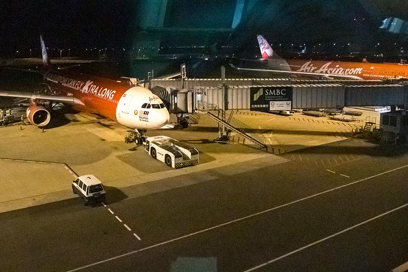 ほかのスポットにはエアアジアグループの機材が並んで駐機。曜日によってはエアアジアXによるクアラルンプール行き、ホノルル行き、台北行き、タイ・エアアジアXのバンコク行きが22~24時の間に集中して出発するので、さらに珍しくない光景になるはずだ