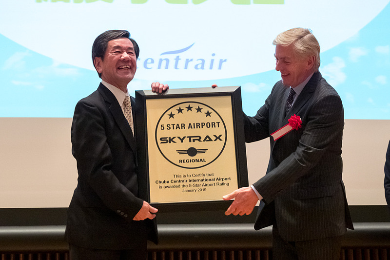 SKYTRAX CEO エドワード・プレステッド氏(右)から中部国際空港株式会社 代表取締役副社長 各務正人氏(左)へ5スターエアポート認定楯を授与