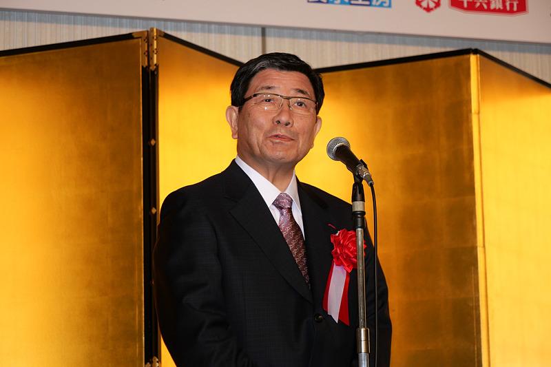 ONSEN・ガストロノミーウォーキング開催地を代表してあいさつする、岐阜県知事の古田肇氏