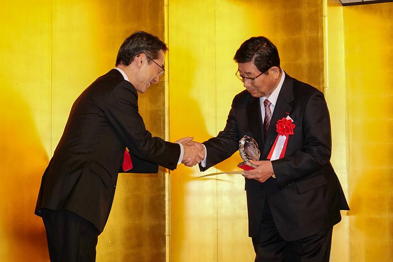 平子氏から、グランプリ受賞の表彰状と楯が古田知事に授与された