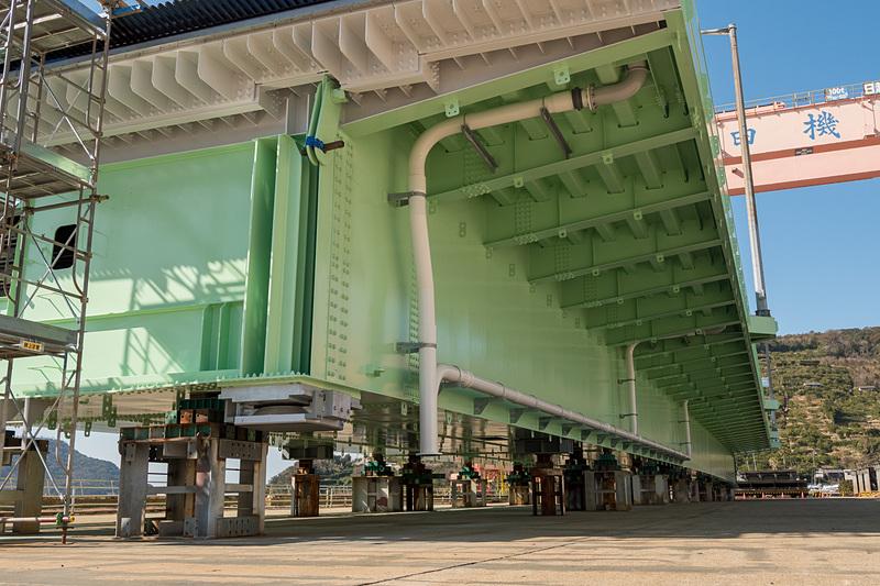 海側の側面に配水管が設置されている