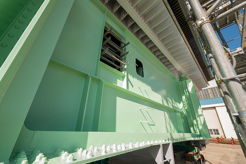 両端。ハシゴのようなものが横たわっているところにはNEXCO西日本の電力ケーブルや通信ケーブルなどが通る