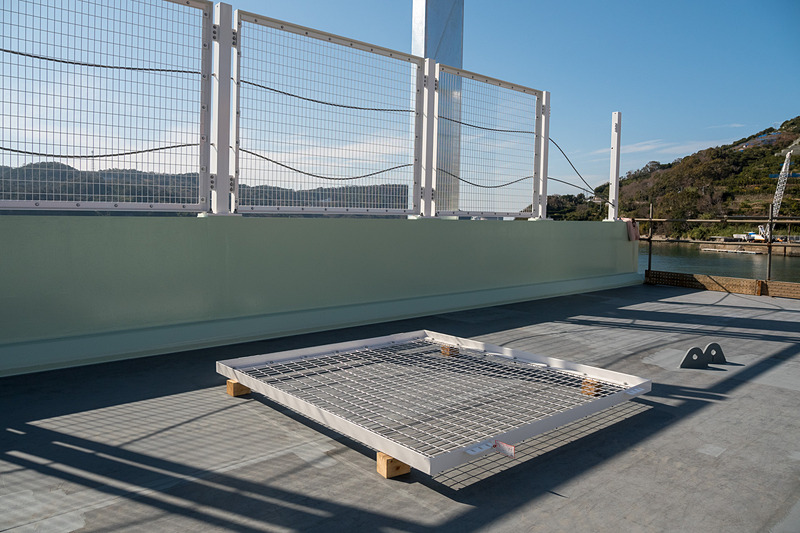 両端にフェンスが1枚置かれていたが、これは架設後に現場で取り付け作業を行なうもの
