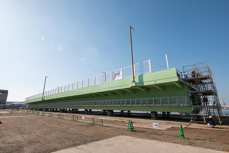 株式会社IHIインフラシステム 堺工場で製作されたP1橋脚~P2橋脚間の橋桁。写真右側がP1側(関空側)で、見えている側面は鉄道桁側(橋の内側)となる