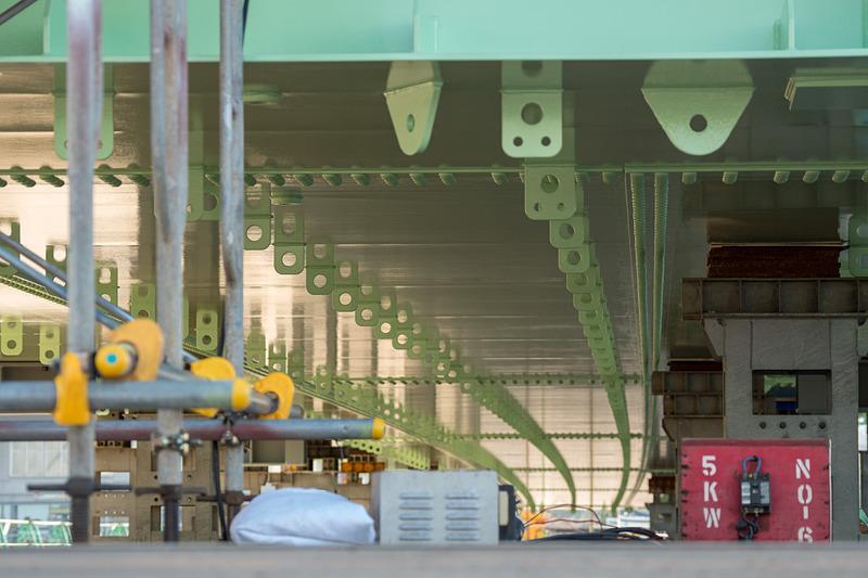 下り線の進行方向とは逆方向から見たものとなるが、りんくうタウン側(写真の奥側から手前に向かって)から走行すると緩やかに右カーブを描く線形となることから、橋桁もカーブした形状になっている