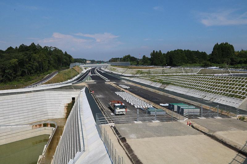 2018年度末(平成30年度末)も多くの道路やIC(インターチェンジ)が開通。写真は3月17日16時に開通する新名神高速(E1A)の新四日市JCT付近(2016年8月撮影)