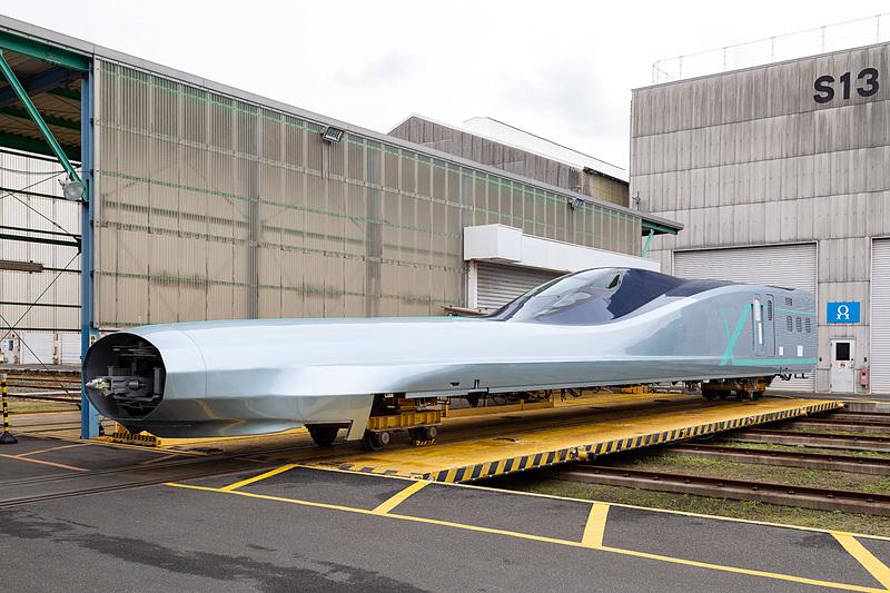 JR東日本は5月に落成予定の新幹線試験車両「E956」、愛称「ALFA-X(アルファエックス)」の10号車(新青森駅寄り)を公開した