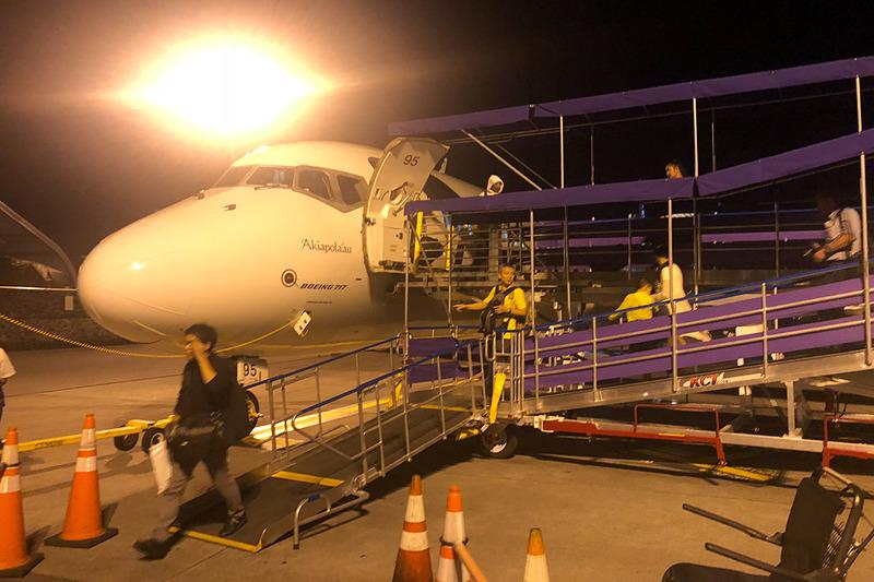 夜のコナ空港に到着
