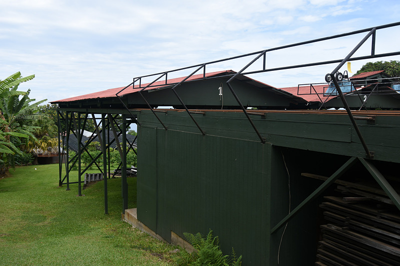 干し棚は可動式で屋根の下に移動できる