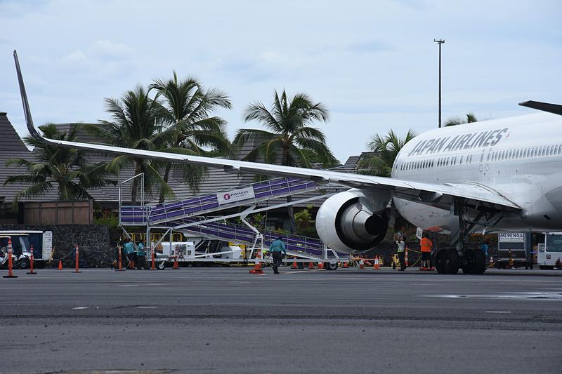 コナ空港には搭乗橋がないので、タラップカー(スロープ)で乗り降りする