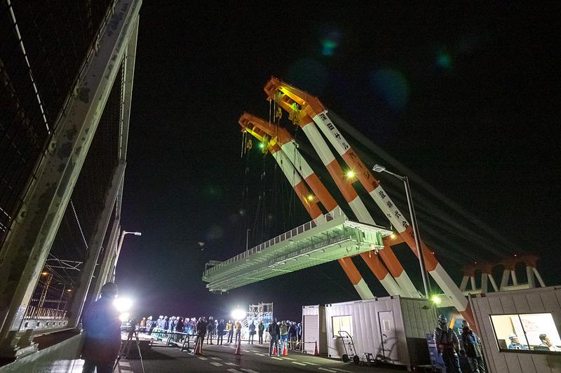 鉄道の運行が終了した0時過ぎから、徐々に橋の方へと近づき、20分ほどで橋の上空に橋桁が位置する状態となった