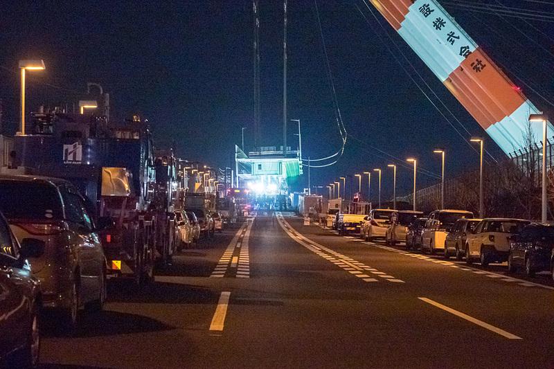 橋桁は吊り上げた状態から設置位置まで約10mを下ろす。徐々に下ろされ、途中からはワイヤーを人が手に取って位置を調整する