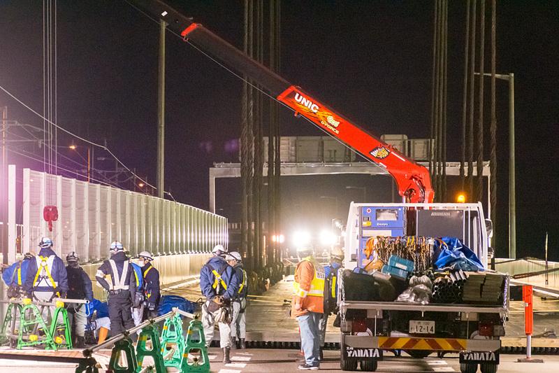 新たな作業車両が進入。位置確認のためにジョイント部品を仮置きするクレーン付きトラック