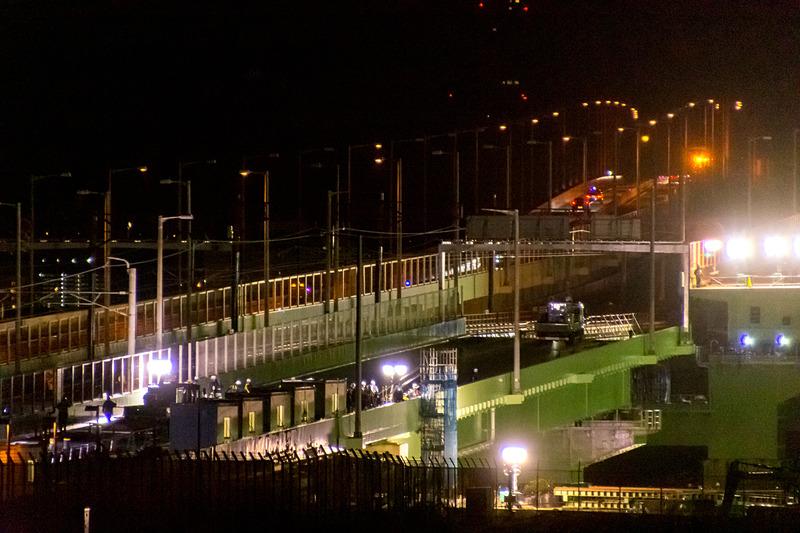 玉掛けが外され、橋台/橋脚に支えられた状態に架設された